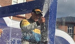 Tom Kristensson sprutar champagne efter seger i Finska VM Rallyt 2019 Foto: Roger Fransson
