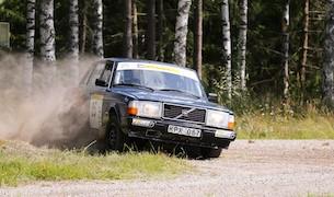 """Redan innan start har Robin Bäckström gjort en riktigt bedrift. Han rullade tre varv i hög fart i Ki men kommer ändå till start i samma bil i Eskilstuna. Vinner han också Elit B då är bragden fulländad. Foto: Jan-Olof """"Lollo"""" Johansson"""