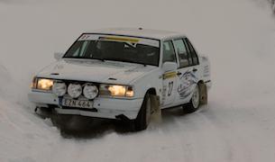 Unge Simon Olsson ser vi alltför sällan i SverigeSerien, i synnerhet med det tempo han kör i nu. I hemmarallyt rattade han till en säker seger. Foto: Robert Niemi